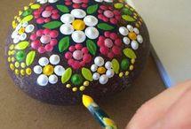 sassi dipinti fiori