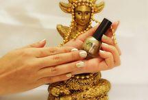 Esmalete da Semana: Dourado / Esmalte da Semana: Dourado, seu significado e o elemento escolhido. Acessem: http://www.camilazivit.com.br/esmalte-da-semana-dourado/