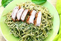 Espaguetis al pesto de aguacate con pollo