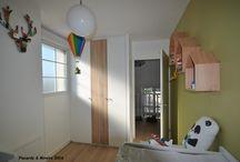 La chambre de bébé / Agencement totalement intégré du sol au plafond échappant judicieusement le caisson de store. Des tons frais et originaux. Sur mesure Paris-05