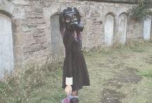 Gasmasker / Ik heb geen gasmasker maar ik wil wel een shoot met een gasmasker (desnoods koop ik een gasmasker). Ik vind het altijd wel een mooie tegenstrijdigheid, een meisje in een jurkje en een gasmasker, eventueel met (kapotte) knuffel / gebroken bloemen etc