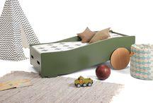 TOF peuterbed / Ukkepuk meubels heeft een nieuw bed ontworpen. Een peuterbed die de fantasie prikkelt door invloeden van een auto te gebruiken.