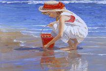 bimba accovacciata sulla spiaggia con semiello