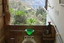 Toilette panoramiche / Ed ecco una selezione tra i bagni pubblici più panoramici di tutto il mondo; Da quello posto sopra la Muraglia cinese,a quello sedimentato su un grande transatlantico,fino a quello situato in un grattacielo americano con vista mozzafiato!