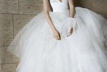 Vera Wang / Статус королевы свадебной моды позволяет Vera Wang идти на смелые эксперименты и риск. На проходящей сейчас в Нью-Йорке Bridal Fashion Week дизайнер представила коллекцию, в платьях из которой отправиться под венец решится далеко не каждая невеста. В этом сезоне Вера решила исследовать женскую чувственность, предложив серию откровенных свадебных нарядов, большая часть которых была выполнена из прозрачных кружев и тюля.
