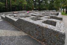 BETAFENCE: Labirynt gabionowy w Mielcu / Zgub się w dwóch gabionowych labiryntach zbudowanych w parku Góra Cyranowska w Mielcu. Możesz też przejść się gabionowymi schodami lub poczekać na autobus na przystanku z gabionów.