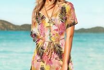 Tutte in spiaggia con un miniabito / Finita l'idea del vecchio pareo o copricostume in stile foulard, quest'anno si usa il miniabito coloratissimo, leggero e in tantissimi tessuti diversi. Copia il look e diventa la più sexy!