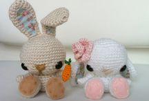 Amigurumis, crochet, ganchillo / Los amigurumis toman forma principalmente de animales como ositos, conejos, gatos o perros, pero también adquieren otras formas como comidas, plantas, e incluso accesorios como bolsos, bisutería, etc.