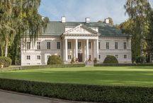 Mała Wieś - Pałac / Pałac w Małej Wsi zaprojektowany przez Hilarego Szpilowskiego na zlecenie Bazylego Walickiego. Wzniesiony w latach 1783-1786. Pałac od 1786 r. do 1945 r. należał do rodzin Walickich, Zamoyskich, Lubomirskich oraz Morawskich. Po drugiej wojnie światowej został znacjonalizowany w ramach reformy rolnej, a następnie został letnią rezydencją Urzędu Rady Ministrów. W 2008 r. powrócił w ręce ostatnich właścicieli - rodziny Morawskich, którzy otworzyli w pałacu hotel.