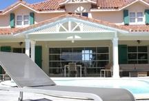 Villa Carib, luxe pied dans l'eau en Guadeloupe / Villa de prestige en front de mer à Saint François devant le lagon et accolée au golf 18 trous de Guadeloupe pour 10 12 personnes, 5 chambres, 5 salle de bains
