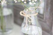 kukkia, lasia ja kynttilöitä