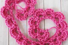 Tejidos / Diversos artículos tejidos a crochet o palillos tales como: collares, pulseras, adornos. También Incluye accesorios de vestuario; carteras, bufandas.