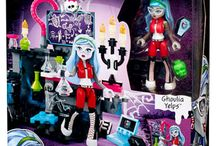 Mega Bloks Monster High Building Sets Preview / They are:  CNF 78-Ghouls Skullection Minifigures  38271 Monster High Creeperific Lab Set (86Pcs)  38272 Monster High Gore-geous Vanity Set (87PCs)  CNF80 Vamptastic Room (128PCs)  CNF81 Electrifying Room (147PCs)  CNF82 Monster Moviemobile (301PCs)  CNF83 Graveyard Garden Party (371PCs)
