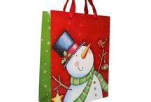 Yılbaşı Hediye ve Paketleri / Yeni yıla hediyesiz girmek olmaz. Partinize gelen arkadaşlarınıza alacağınız hediyeler onları çok mutlu edecek. Aldığınız gülümseten hediyeleri en güzel şekilde paketlemek ve herkesin kendini özel hissetmesi için KullanAtMarket'in birbirinden eğlenceli ve şık paketlerini, süslemelerini kullanabilirsiniz. Emin olun arkadaşlarınız sizi hiç unutmayacak ☺