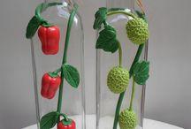 garrafas decoradas com frutas artificiais