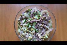 Salad with chicken gizzards. Salată cu pipote. Салат из куриных желудочек. / Ingredients: chicken gizzards-600g, green peas-340g, caramelised onions-2, cucumber-1/2, olive oil, salt. Ingrediente: pipote-600g, mazăre-340g, 2 cepe călite, castravete-1/2, ulei de măsline și sare. Ингредиенты: куриные желудки-600г, зелёный горошек-340г, лук жареный-2шт, половина огурца, масло оливковое, соль.