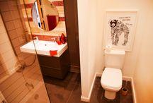 Résidence Hurteau - Salle de bain / Salle de bain - mur de bois de palettes et pate de verre www.zudezign.com Crédit photo : Sylviane Robini www.sylvianerobini.com