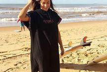 ~Poncho~ Isasoul / Praticidade e conforto para o Poncho Isasoul, é a maneira ideal de sair do mar  Sua troca de roupa antes e depois do surf, ou qualquer atividade na água. O poncho faz com que você possa trocar a roupa de maneira fácil e ágil discretamente, sabemos como é ficar trocando de roupa no meio da praia e toda desajeitada! Você vai poder secar seu corpo e sua prancha e te proteger nos dias mais frios