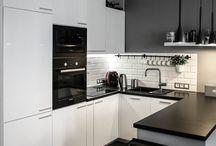 Cocina blanca y negra pequeña