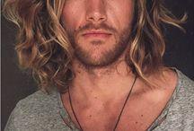 Pria rambut panjang