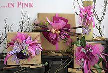 Schöner Schenken ... in Pink. / Schöner Schenken mit fertig dekorierten Geschenkekartons und Getränkehülsen in verschiedenen Pink - Töne gehalten. Mit farblich abgestimmten Akzente. Geliefert wie abgebildet.