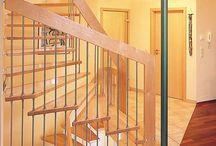 KENNGOTT Hängetreppen / Bei der Hängetreppe sind die Stufen mit einem Massivholzhandlauf über die Geländerstäbe aufgehängt. Der tragende Holzhandlauf ist mindestens 16 cm hoch. Die Stufen werden in einer Stufendicke von 4,4 cm ausgeführt und sind wandseitig schallabschirmend gelagert und an der Lichtseite über Holzbolzen verbunden.