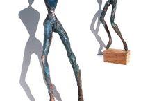 Sculptures de papier journal, vernies ou patinées façon bronze
