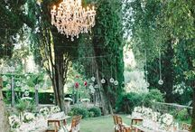 Wedding Tablescape Ideas / Inspiration for styling a stunning wedding day tablescape complete with flower arrangements, candles, runners and all those beautiful details!