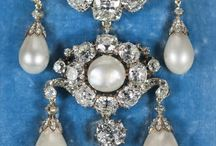 Bijoux / Jewellery / Du collier à la bague en passant par la broche, découvrez les plus beaux bijoux exposés au Musée du Louvre