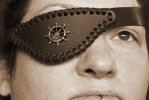 Augenklappen mit Durchblick / Durch diese Augenklappen kann man durchgucken.