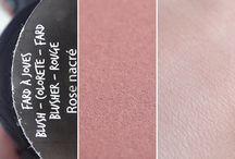 Blush Rose Nacré Bio / L'essayer c'est l'adopter ! Ce blush Rose nacré certifié bio apporte à vos joues la touche de couleur qui leur manquait. Ultra-confortable même pour les peaux sèches, ce blush bio enrichi à l'extrait de grenade illumine votre teint en toute légèreté.