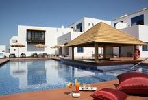 """Hotel Volcán Lanzarote / En el sur de la isla, declarada """"Reserva de la Biosfera del Mundo"""" por la UNESCO, se alza este hotel de cinco estrellas, el THe Hotel Volcán Lanzarote, situado frente al mar, formando un complejo turístico con el Puerto Deportivo """"Marina Rubicón""""."""