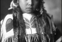 Skitswish (Coeurs d'Alène) People / Les Cœur d'Alène vécurent dans le nord de l'Idaho. Les coureurs des bois et trappeurs français et canadiens français surnommèrent ce peuple « Cœur d'Alène » en raison de sa dureté en affaires (l'alène est un solide poinçon permettant de travailler les peaux et les fourrures). Ces Amérindiens s'appellent eux-mêmes Schitsu'umsh ou Skitswish. Ils consommaient la plante de Camassia. Ils pêchaient également la truite et le saumon. Aujourd'hui, on dénombre 2000 Skitswish/Cœur d'Alène. Wikipédia