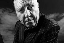 Peter Greenaway / Peter Greenaway, es un director de cine británico, cuya formación se dio en las artes plásticas, específicamente en la pintura. A una muy temprana edad, Greenaway decidió que quería ser un pintor y desarrolló un interés por el cine europeo, particularmente por las cintas de Antonioni, Bergman, Godard, Pasolini y Resnais.