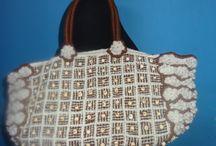 Cartera a Telar con Lana de Alphaca / Esta pieza es producto de la investigacion, rescate y difusion de la textileria Aymara y la cultura de la zona sur Andina de Chile. Es un trabajo planteado desde la Artesania tradicional recreandola al estilo de la Alta Costura.  Creando un nuevo lenguaje artistico-cultural, con un producto Innovador en la zona de Arica-Parinacota. Recuperando las tecnicas ancestrales como el tejido a telar, las amarras y el teñido natural.
