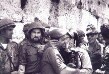 Izraelscy żołnierze cieszyć się wyzwoleniem murze zachodnim w dniu 3 wojny sześciodniowej.