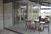 Acristalamiento de la terraza de un negocio / En esta ocasión realizamos un proyecto de acristalamiento sin perfiles de una terraza de un restaurante.  Gracias a este cerramiento de terraza, el restaurante puede ahora tenerla abierta durante todo el año, lo que hace que aumente su rentabilidad anual.  A parte, gracias al aislamiento térmico que producen las cortinas de cristal, los usuarios de la terraza podrán estar como en casa.