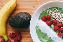 Paleo Rezepte mit Banane / Wer hätte es gedacht? Bananen sind bei uns das zweitbeliebteste Obst: Im Schnitt 13 kg Bananen verzehrt jeder von uns pro Jahr – nur der Apfel ist beliebter.  Doch es ist auch gar nicht verwunderlich, dass die Banane so beliebt ist: Als gesunder Lieferant für Kohlenhydrate und Magnesium, als praktischer Snack für unterwegs, aber auch als Kochzutat gibt es viele Verwendungen für die Banane.