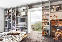 Galerien & Schränke / Es gibt sie im Wohnbereich, im Flur, aber auch in giebelhoch ausgebauten Bädern, Schlafzimmern oder Kinderzimmern – Galerien gestalten ein Haus offener und heller, da sie häufig mit großen Fenstern kombiniert werden. Sie können jedoch auch - je nach Planungsidee zusätzlichen Raum und Wohnkomfort bieten.