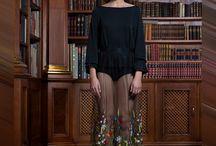"""BDB Fashion / Projektantka BdB Fashion: Wierzę, że można stworzyć produkt z bardzo dobrej tkaniny, bardzo dobrze uszyty i niepowtarzalny. Alexandre Vauthier projektant haute couture kiedyś powiedział: """"Marynarki wyprodukowanej w kilku milionach egzemplarzy nie nosi się jak marynarki z krótkiej serii. Świat stał się nudny. Dziś wszyscy proponują nam to samo. Dlatego mamy ochotę na rzeczy wyjątkowe. (...) Bronimy się przed zniknięciem w tłumie."""""""