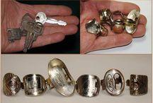 smykker av nøkler og mynter