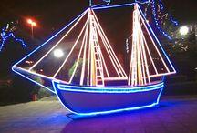 Κατόπιν περνούσε συχνά η βροχή μου έφερνε νέα Μέχρι που έφτιαξα καράβι με άστρα μικρά Να ταξιδεύει Χριστούγεννα νύχτα Να μου γεμίζει τα μάτια βοριά
