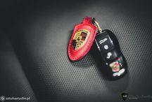 #Porsche #Macan S #Car SPA #Auto Detailing #Ceramic Pro #Shine Car Detailing / Ostatnio w naszym studiu zajmowaliśmy się nowym Porsche. Macan S mimo małego przebiegu wymagał korekty lakieru. Zgodnie z życzeniem naszego klienta, powłoka lakiernicza w Porsche została zabezpieczona najtwardszą powłoką Ceramic Pro Strong 9H 2.0. Plastiki pokryte zostały powłoką Ceramic Pro plastic, szyby Ceramic Pro Rain a felgi Ceramic Pro Wheel & Caliper. Skóra w środku została zaimpregnowana produktem Ceramic Pro Leather. Poniżej kilka zdjęć z naszej pracy.