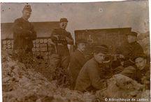 Guerre 14-18 : Ramscapelle / Nous vous présentons quelques photographies, retrouvées dans notre réserve précieuse, illustrant la vie des soldats pendant la 1ère guerre mondiale en Belgique. Nous ne connaissons par l'auteur et nous ignorons s'il est présent sur ces images. Nous savons cependant qu'elles ont été prises à Ramscapelle. Nous sommes donc en présence de soldats qui ont vécu la bataille de l'Yser. Ces photos sont très décolorées. C'est en les numérisant que nous avons pu les sauver de l'oubli et vous les présenter.