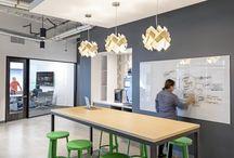 nowoczesne biuro / Nowoczesne biuro to nie ciasny pokój z ciężkim, drewnianym biurkiem. To otwarta przestrzeń zaaranżowana w taki sposób, by młode pokolenie odnalazło w nim inspiracje do umysłowego wysiłku. Duże pomieszczenia, w których znajdują się stoły i miękkie kanapy czy fotele, doskonale nadają się do pracy zespołowej, burzy mózgów i wspólnego tworzenia kreatywnych rozwiązań. Zobacz, jak zaprojektować biuro, by pracownicy mogli spędzać w nich czas jak najefektywniej.