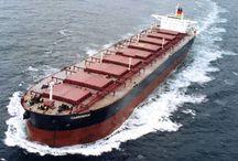 Transporte maritimo / El transporte marítimo es el principal modo de realizar el comercio internacional.Se diferencian dos tipos principales de cargas: la carga a granel y la carga mediante contenedores. La carga a granel es aquella que se transporta sin empaquetar ni embalar, como el carbón, el cemento, arena, petróleo, gas, etc..Dentro de la carga a granel se distingue entre carga seca y carga líquida. la carga mediante contenedores es aquella que se realiza,en contenedores y gracias a ellos protegen las mercancias