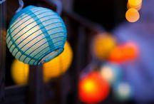 Lampioane zburatoare / Lampionul chinezesc zburator este un felinar din hartie, biodegradabil, intrebuintat in cadrul evenimentelor cu tematica. Sunt originale din Asia, cu o vechime de peste 2000 de ani, ca si simbol aduce noroc si prosperitate, raspandite peste tot in lume. Creeaza o atmosfera unica de neuitat, o amintire unica in viata fiecaruia. www.articoleparty.ro