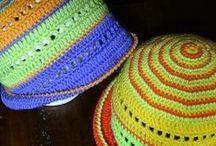 Cappellino multicolor per bambina all'uncinetto