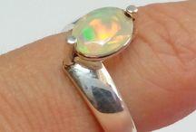 Bagues opale / Opale de feu ou bien opale nobles montées en bague sur des anneaux en argent