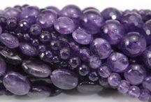 Pierres précieuses sur fil / Chaque fil de pierres précieuses ou semi précieuses est assorti avec soin. Nous sélectionnons les pierres pour leur qualité, leur éclat et leur caractère unique. Nous vous proposons ici un large choix de pierres gemmes de qualité sur fil. decouvrez nos pierres gemmes sur fil: agate,amazonite,labradorite,calcédoine,jade,cristal,apatite,améthyste,quartz lemon,cornaline, lapis-lazuli,cyanite,citrine et bien plus chez FrancePerles.